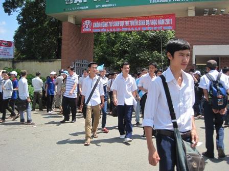 Thí sinh TPHCM hoàn thành môn thi đầu tiên đợt 1 kỳ thi ĐH, CĐ năm 2011. (Ảnh: Điền Hà)