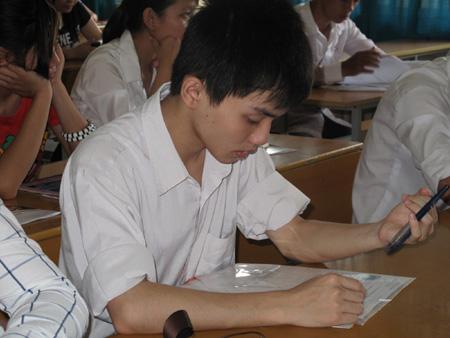 Thí sinh dự thi môn Toán đợt 1 kỳ thi ĐH, CĐ năm 2011. (Ảnh: Hồng Hạnh)